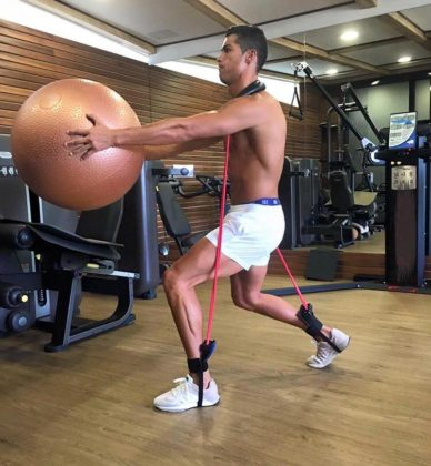 Full body exercise. Credit: @Cristiano (FB)