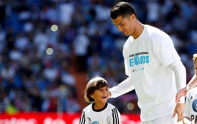 Ronaldo with a Syrian refugee who visited the Bernabeu during the Aleppo crisis