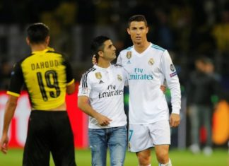Ronaldo meets pitch invader