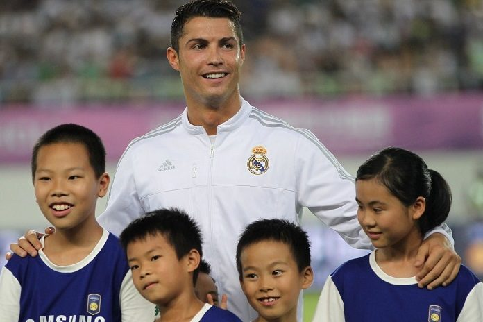 Cristiano poses with kids in China